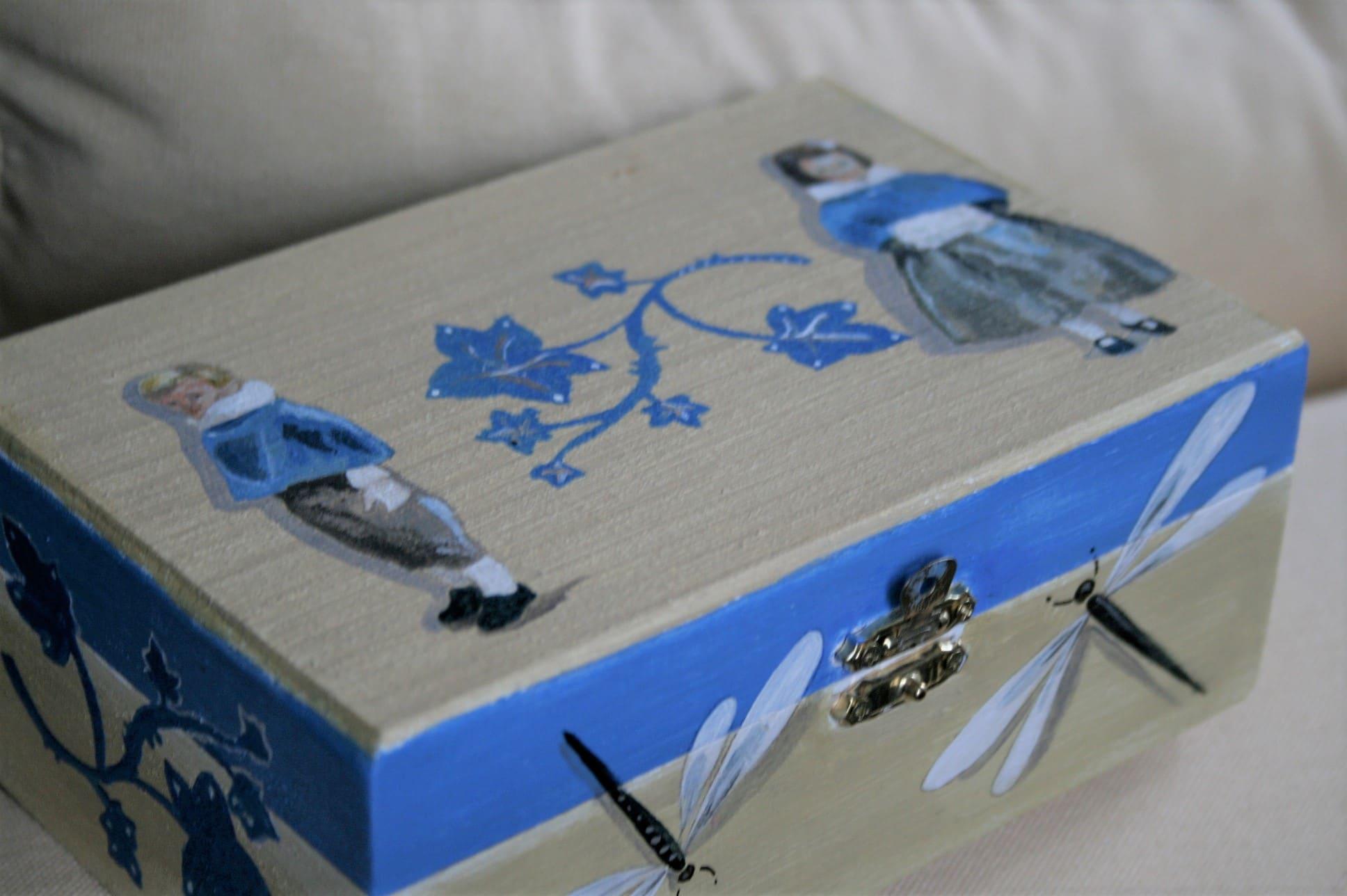 Cortège peint sur boîte en bois