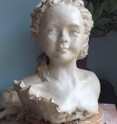 Buste de jeune fille en argile blanche